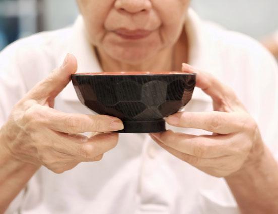 常嗆到可能是老化警訊!日本耳鼻喉名醫 2 招鍛鍊喉嚨肌肉