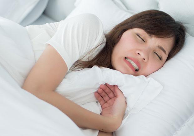 不只影響枕邊人,長期磨牙還讓牙齒嚴重受損、出現裂痕