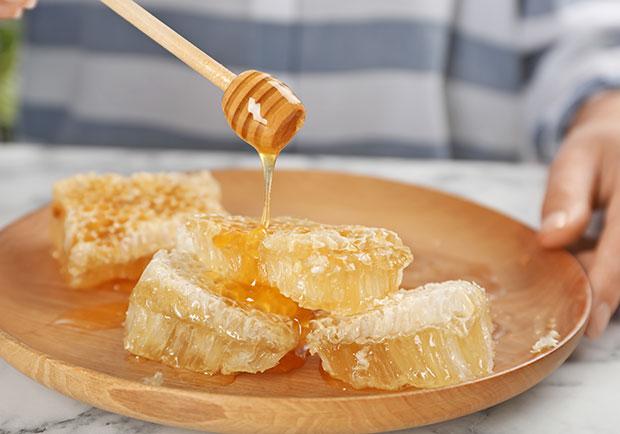 甜點上的蜂巢能不能吃?商人宣揚的療效可信嗎?