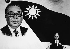 前總統蔣經國(左)於1988年辭世,時任副總統的李登輝(右)隨即接替總統之位,開啟了12年的李登輝時代。