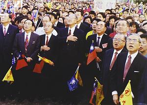 民國83年,李登輝率國民黨高層幫台北市長黃大洲競選連任。