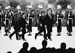 李登輝將郝柏村從國防部長提拔為行政院長,巧妙收回郝手上的軍權。