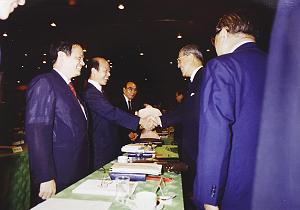 1990年李登輝因應「野百合學運」召開國是會議,閉幕時與在野勢力代表許信良(左)握手。