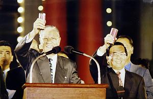 李登輝與陳水扁一度情同父子。