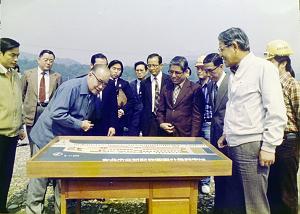 李登輝時任台北市長,陪同副總統謝東閔巡視動物園周邊建設。