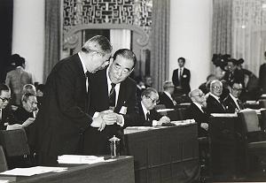 民國77年,李登輝首次以總統、國民黨主席身分出席國民黨代表大會。郝柏村時任參謀總長。